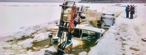 В России под лед Лены провалился трактор, который должен был вытащитьбензовоз и автокран