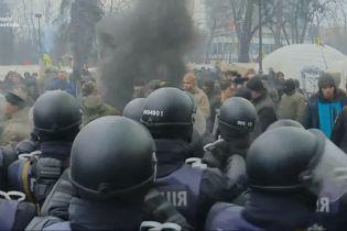 Біля Ради відбулися сутички протестувальників та силовиків. Активісти спалили прапор РФ