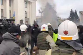 Во время столкновений у Рады пострадал правоохранитель