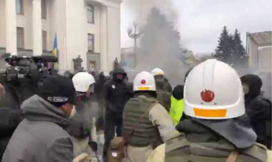 Під час сутичок біля Ради постраждав правоохоронець