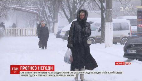 В Одессе снегопад парализовал движение транспорта