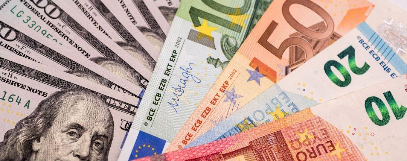 Долар здешевшав, а євро здорожчав у курсах Нацбанку на 17 квітня. Інфографіка