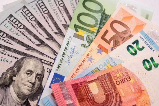 Долар здешевшає, а євро здорожчає в курсах Нацбанку на 16 квітня. Інфографіка