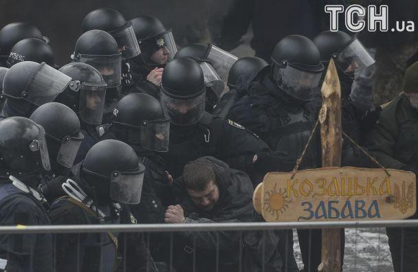 Мітинг під Радою: спалений триколор, сльозогінний газ та поранені правоохоронці