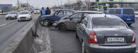 В Киеве на Московском мосту неизвестное авто устроил массовое ДТП с троллейбусом и сбежало