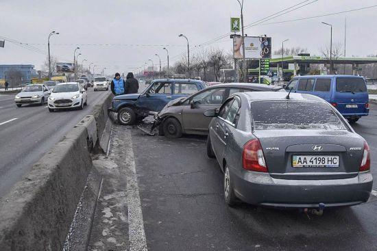 У Києві на Московському мосту невідоме авто влаштувало масову ДТП з тролейбусом і втекло