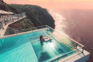 На Бали есть потрясающий бассейн со стеклянным дном, через которое видно Индийский океан