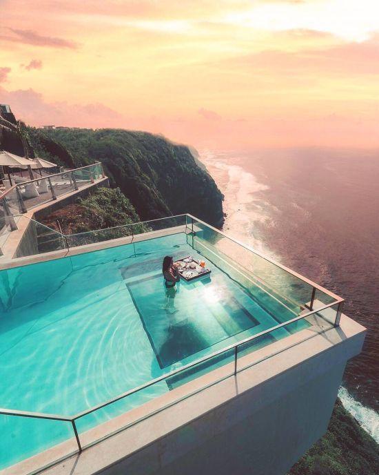 На Балі є приголомшливий басейн зі скляним дном, через яке видно Індійський океан