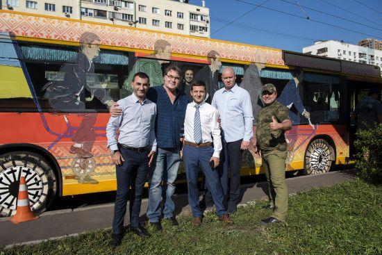 """Автобус з серіалу """"Слуга народу"""" вирушить на фронт"""