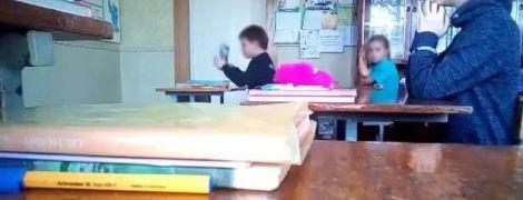 """""""Наш класс жил мирно без тебя"""". Ученики школы в Запорожье сняли на видео скандальный урок"""