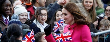"""В розовом пальто за 2 тысячи долларов: герцогиня Кембриджская опять повторила свой """"беременный"""" образ"""