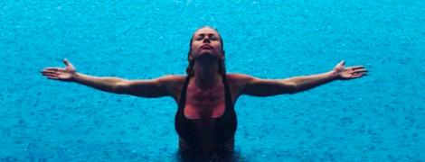 Виснажливі тренування та плавання в басейні: що постить білявка, з якою Кива відпочиває на Балі