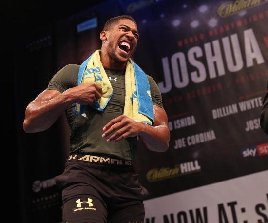 Непереможні боксери Джошуа та Паркер з мужніми обличчями провели дуель поглядів