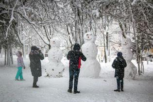 Перші наслідки стихії: знеструмлені 63 села, сніг замітає дороги, а дощ утворює суцільні ковзанки