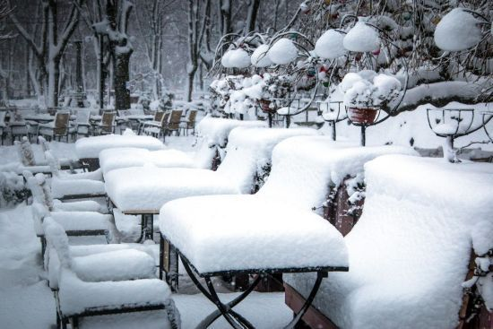 Закритий аеропорт і казкові фото зимового моря: Одеса пережила перший у році сніговий шторм