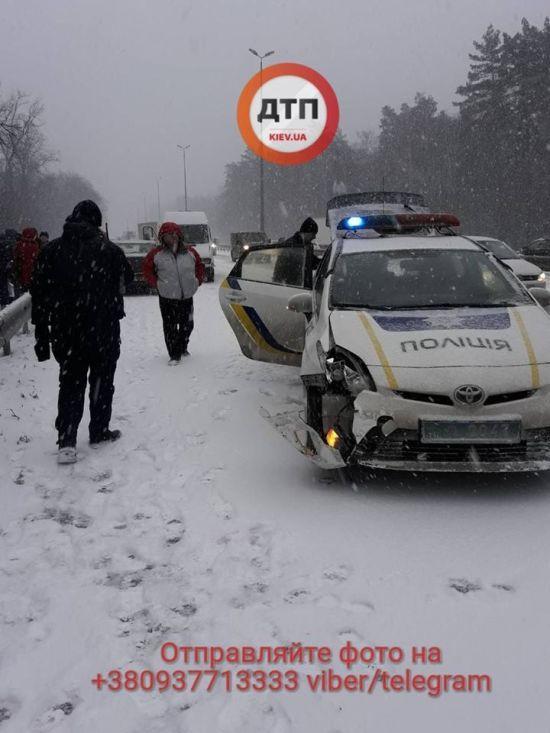 В'їзд до Києва перекрито через масштабну ДТП з патрульним авто