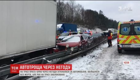 Непогода в Чехии вызвала масштабную аварию на трассе