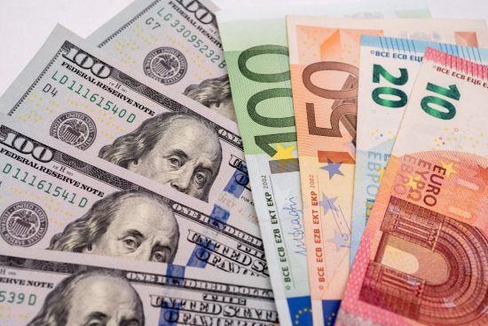 Долар продовжив дешевшати в курсах Нацбанку на 12 квітня. Інфографіка