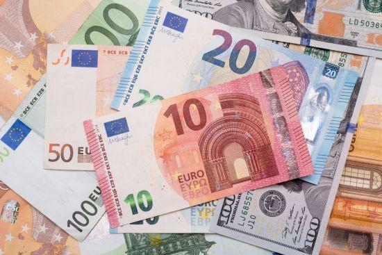 Євро здорожчає одразу на півгривні в курсах Нацбанку на 16 лютого. Інфографіка