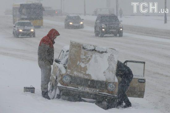 Якщо в снігопад доведеться вирушати в дорогу: обмеження, поради та адреси пунктів обігріву