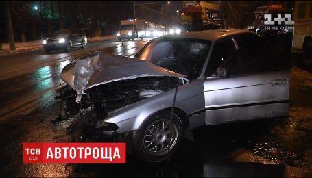 У Києві водій BMW врізався у стовп, який одразу впав на дорогу