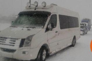 Потужний снігопад паралізував рух трасою Київ-Одеса, дороги в регіонах перекриті для фур
