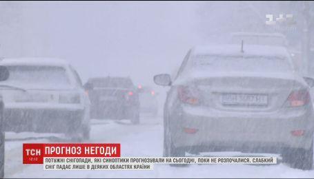 В ожидании непогоды: пять областей Украины ограничили проезд грузовиков