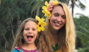 В костюме сенегальца и с цветами в волосах: Полякова отпраздновала день рождения на Шри-Ланке