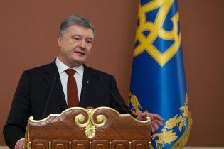 """Порошенко заявив про напружену ситуацію на Донбасі та """"дуже високі"""" загрози суверенітету України"""