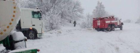 Чиновники не впорались зі снігом: дороги паралізувало, міста залишились без води і світла