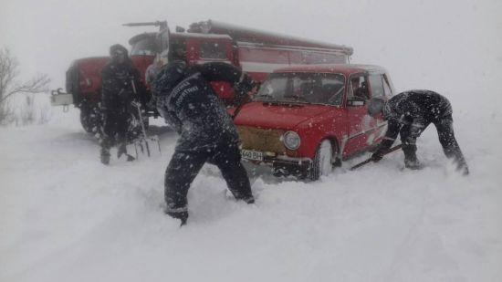 Сильні снігопади паралізували рух дорогами в семи областях. Повний перелік