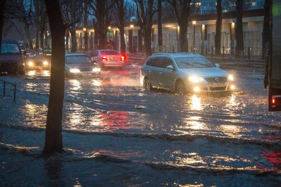 Сніго-дощовий армагедон. Українські міста і села залишились без світла та води через сильну негоду
