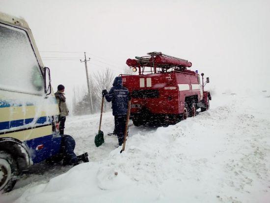 У сніговому полоні залишаються до 100 автомобілів, ще 355 вже визволили. Інфографіка