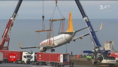 В Турции подняли самолет, который едва не упал в море