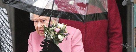 В розовом пальто и туфлях Gucci: королева Елизавета II продемонстрировала очень нежный образ
