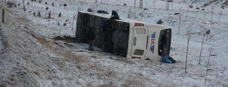 В Турции пассажирский автобус перевернулся в пропасть, есть погибшие