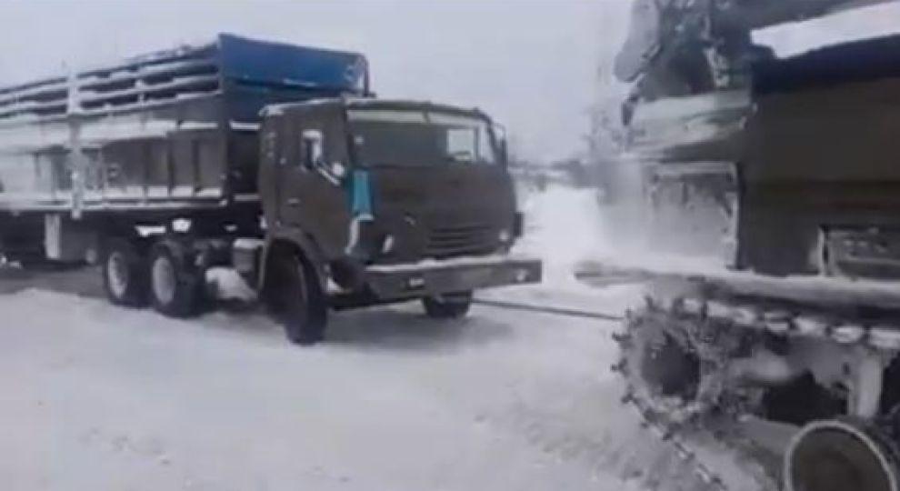 Тягачі та гусенична спецтехніка розчищують трасу Київ-Одеса