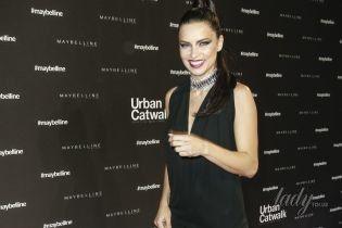 В миниатюрном платье и с насыщенным макияжем: Адриана Лима блистала на розовой дорожке