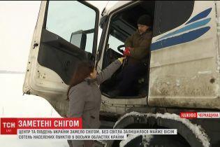 На Черкащині автомобілісти ночують на трасі через заметені шляхи