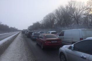 На трасі Київ-Одеса утворився кількакілометровий затор через вантажівки