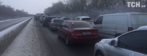 На трассе Киев-Одесса образовался многокилометровый затор из-за грузовиков