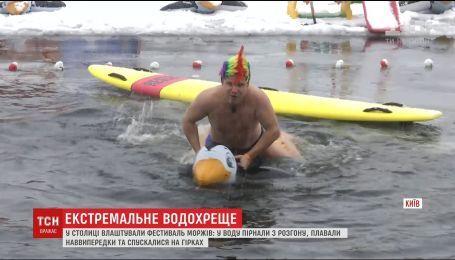 С криками и экстремальными спусками: тысячи украинцев искупались в проруби на Крещение