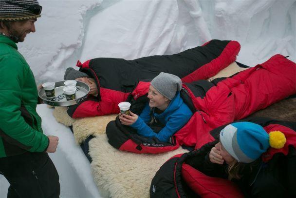 Більше ніж 200 євро платять туристи в Швейцарії за саморобне іглу зі снігу