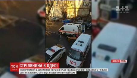 В Одессе мужчина на улице ранил прохожего, трех копов и убил своего сообщника