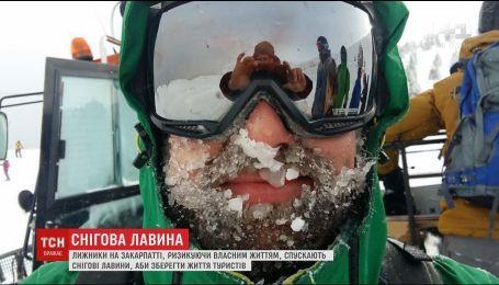 Лыжники на Закарпатье намеренно спускают снежные лавины ради спасения жизни туристов