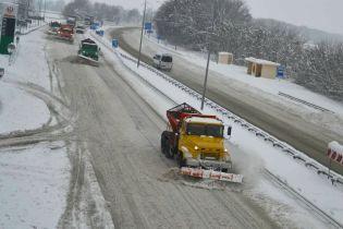 Сильні снігопади припинилися, дороги розчистили, але майже 700 міст і сіл досі без світла