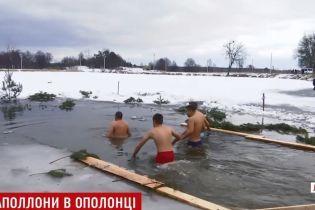 На Водохреще українці губили в ополонках собак і вдягали подарункові вишиванки