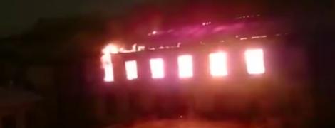 Огонь охватил здание Военно-морского института в Санкт-Петербурге