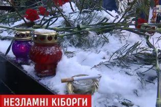 """Тиша, сльоза і підкурена сигарета: живі """"кіборги"""" прийшли на могили побратимів у роковини руйнування ДАП"""