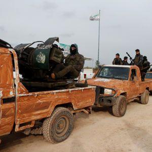 З'явилось відео великої колони повстанців, які прямують до Афріна воювати проти курдів